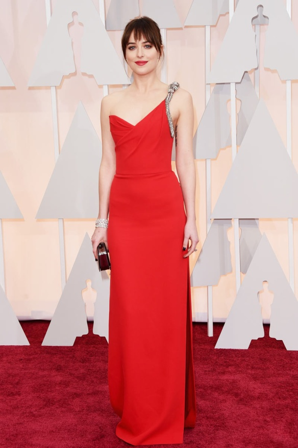 elblogdeanasuero_Oscars 2015_Dakota Johnson Saint Laurent asimétrico rojo