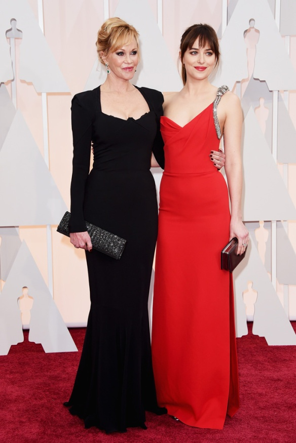 elblogdeanasuero_Oscars 2015_Dakota Johnson y Melanie Griffith vestido negro sirena