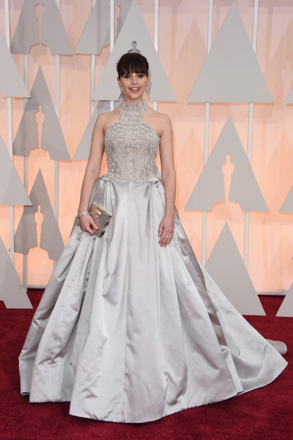 elblogdeanasuero_Oscars 2015_Felicity Jones Alexander McQueen gris perla con perlas