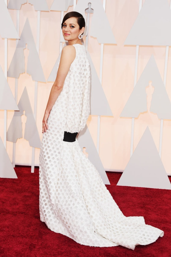 elblogdeanasuero_Oscars 2015_Marion Cotillard Dior blanco calado con espalda abullonada