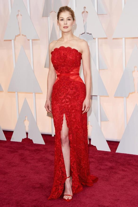 elblogdeanasuero_Oscars 2015_Rosamund Pike Givenchy rojo encaje y palabra de honor