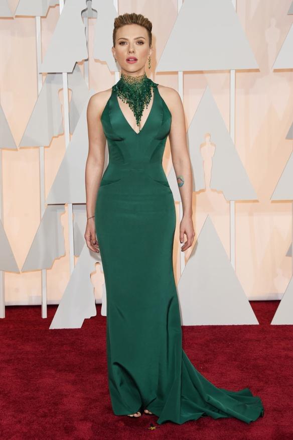 elblogdeanasuero_Oscars 2015_Scarlett Johansson Versace vestido verde ceñido y collar