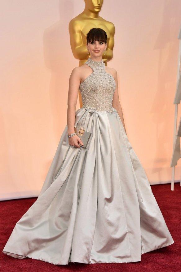 elblogdeanasuero-El estilo de Felicity Jones-Alexander McQueen vestido largo princesa con pedrería gris perla