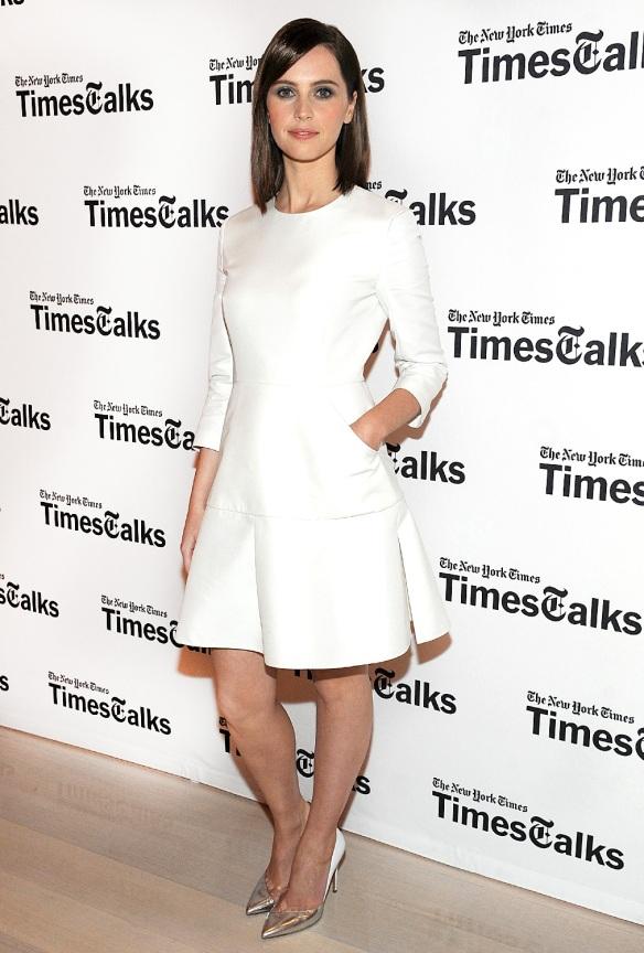elblogdeanasuero-El estilo de Felicity Jones-Dior vestido corto blanco vuelo