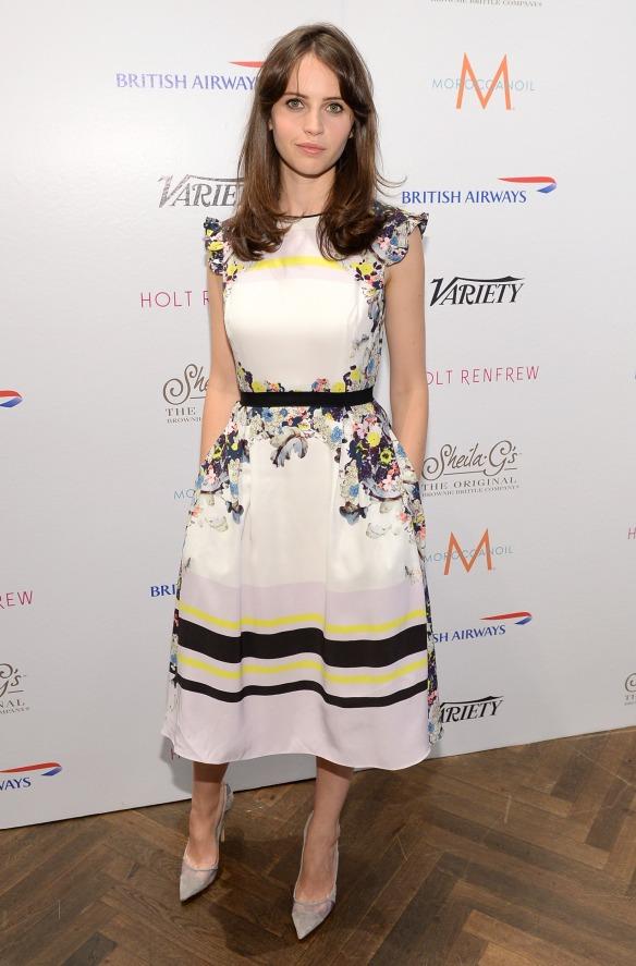 elblogdeanasuero-El estilo de Felicity Jones-Erdem vestido corto blanco con flores y rayas