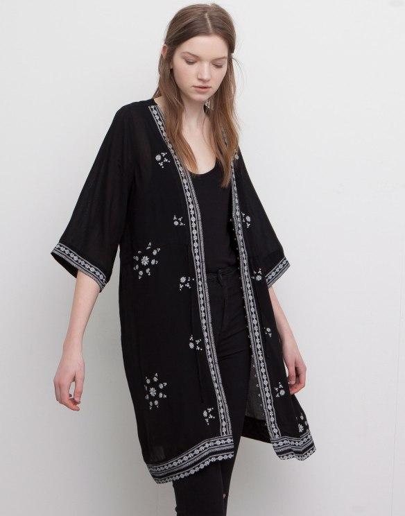 elblogdeanasuero_Kimonos 2015_Pull & Bear kimono negro bordados blancos