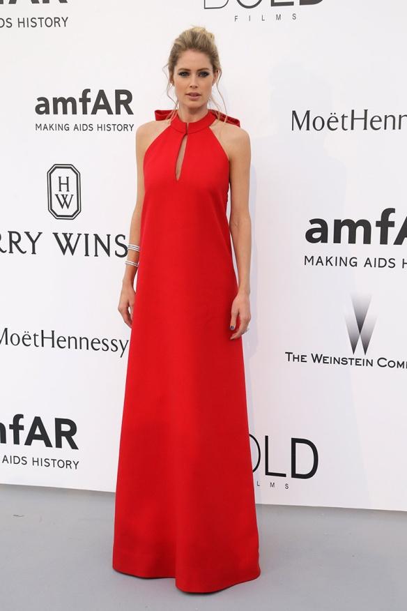 elblogdeanasuero-Gala Amfar en Cannes 2015-Doutzen Kroes vestido largo rojo de Margiela