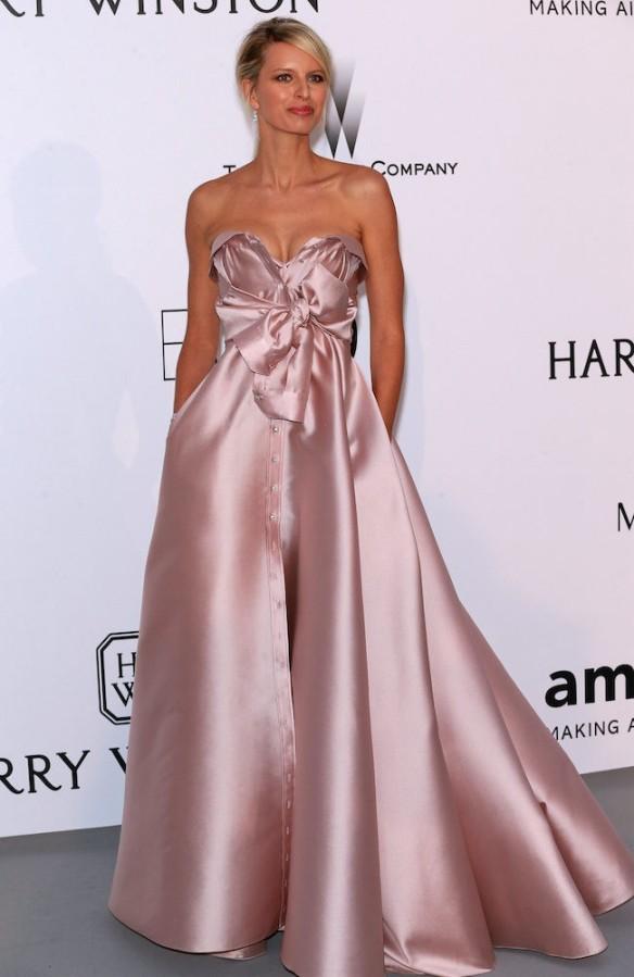 elblogdeanasuero-Gala Amfar en Cannes 2015-Karolina Kurkova vestido baile rosa claro de Alexis Maville