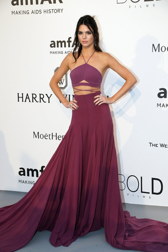 elblogdeanasuero-Gala Amfar en Cannes 2015-Kendall Jenner vestido largo cut out Calvin Klein