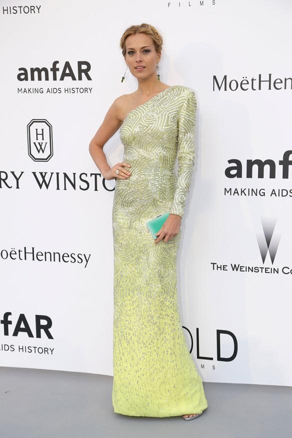 elblogdeanasuero-Gala Amfar en Cannes 2015-Petra Nemcova vestido largo asimétrico de paillettes verde de Versace