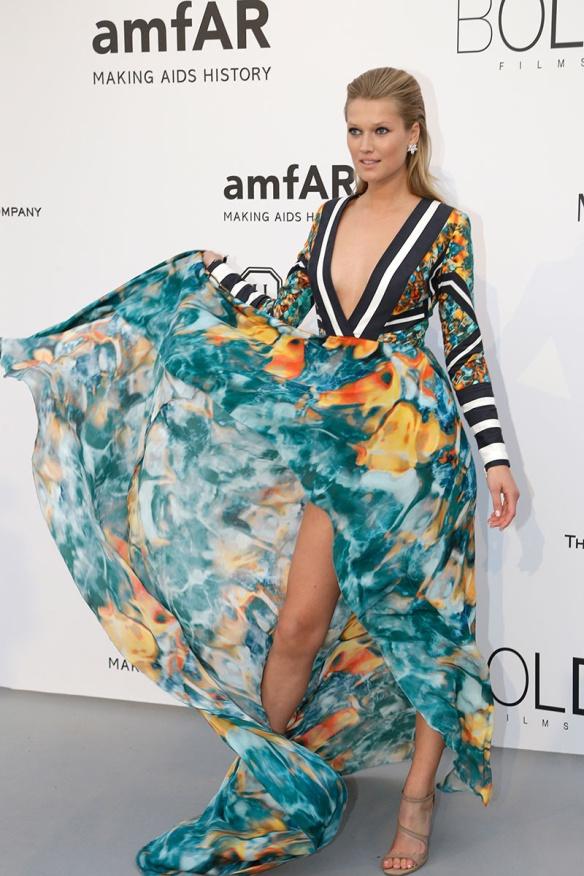 elblogdeanasuero-Gala Amfar en Cannes 2015-Toni Garn vestido largo vaporoso de flores de Elie Saab