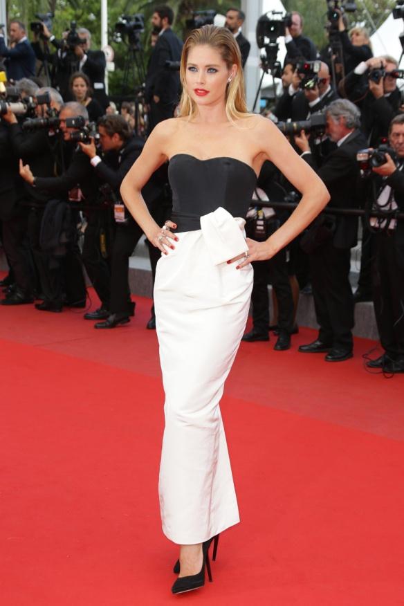 elblogdeanasuero_Festival de Cannes 2015_Doutzen Kroes vestido largo blanco y negro escote corazón Dior