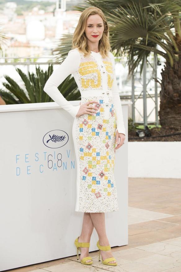 elblogdeanasuero_Festival de Cannes 2015_Emily Blunt vestido midi blanco con estampado de Peter Piloto
