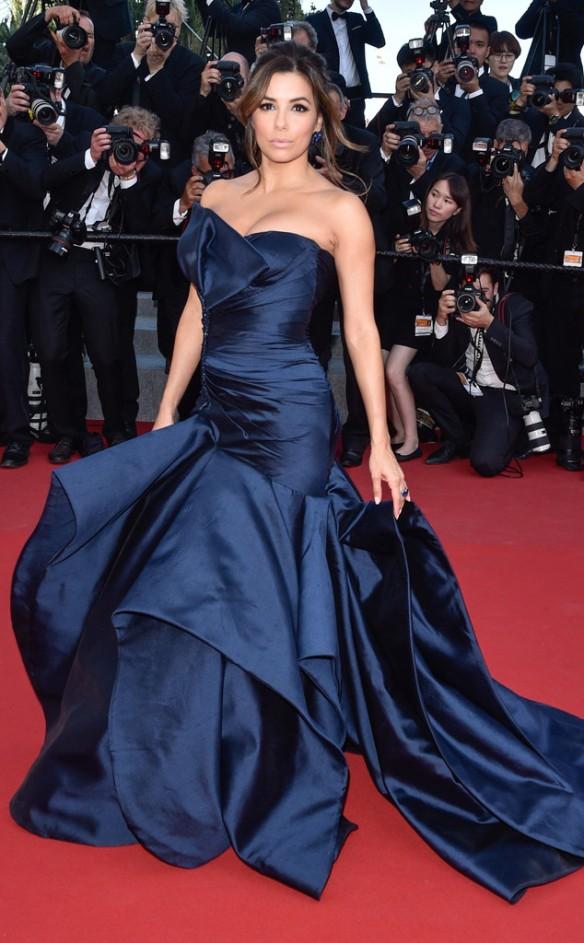 elblogdeanasuero_Festival de Cannes 2015_Eva Longoria vestido largo voluminoso y palabra de honor azul de Versace