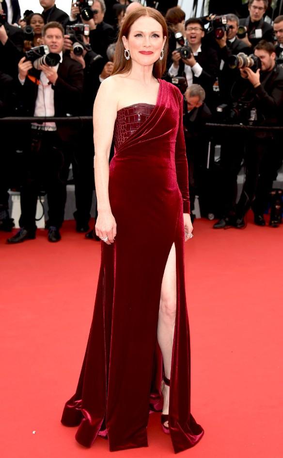 elblogdeanasuero_Festival de Cannes 2015_Julianne Moore vestido largo asimétrico de terciopelo burgundy de Givenchy