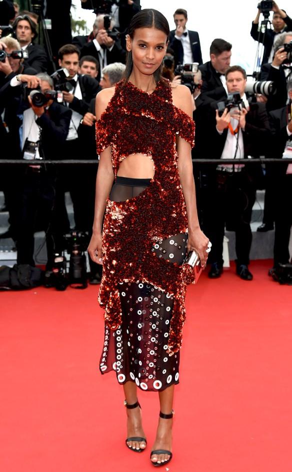elblogdeanasuero_Festival de Cannes 2015_Liya Kebede vestido a la rodilla desigual de color granate de Proenza Schouler