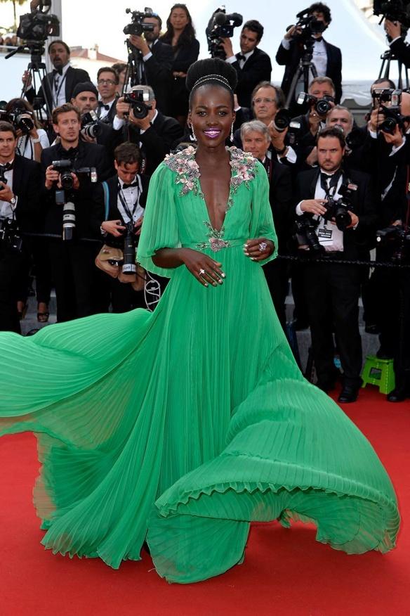 elblogdeanasuero_Festival de Cannes 2015_Lupita Nyong´o vestido largo vaporoso plisado verde de Gucci