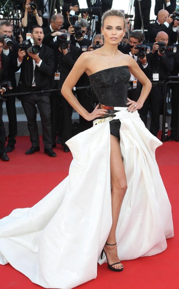 elblogdeanasuero_Festival de Cannes 2015_Natasha Poly vestido largo blanco y negro palabra de honor de Versace