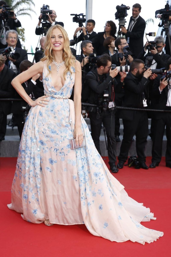 elblogdeanasuero_Festival de Cannes 2015_Petra Nemkova vestido largo blanco con fores y escotazo de Zuhair Murad