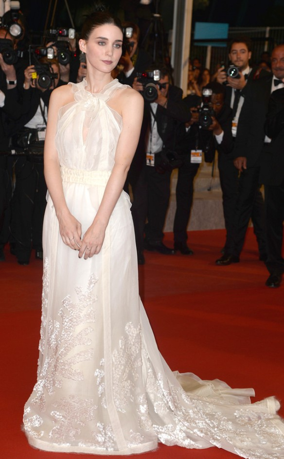 elblogdeanasuero_Festival de Cannes 2015_Rooney Mara vestido largo vaporoso blanco de escote halter de Rochas