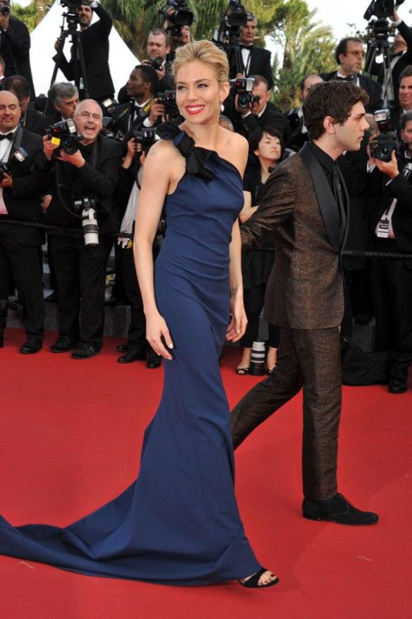 elblogdeanasuero_Festival de Cannes 2015_Sienna Miller vestido largo asimétrico azul cobalto de Lanvin