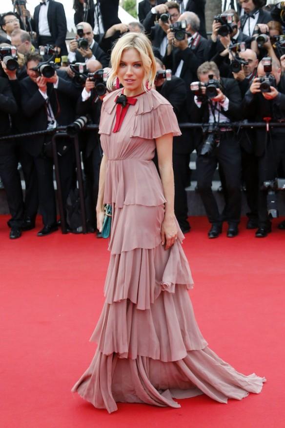 elblogdeanasuero_Festival de Cannes 2015_Sienna Miller vestido largo rosa palo con volantes de Gucci