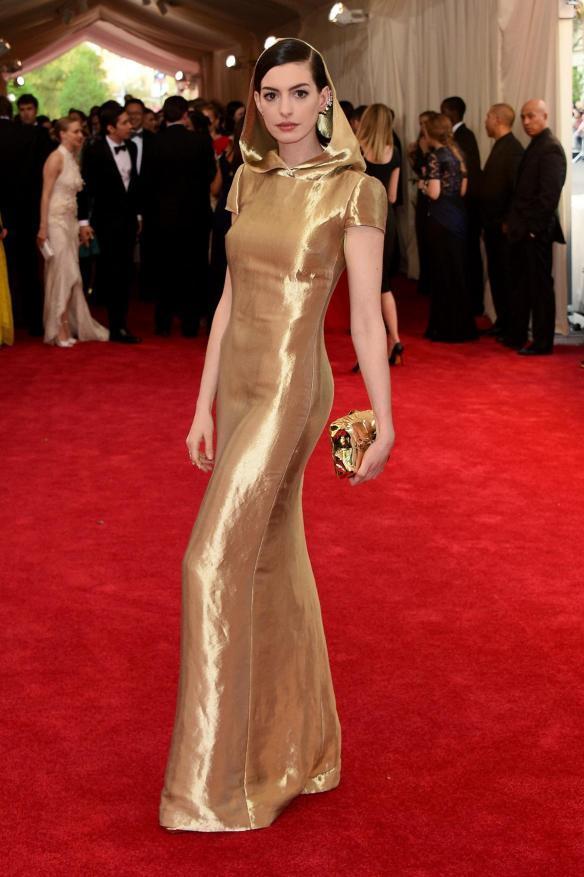 elblogdeanasuero_MET Gala 2015_Anne Hathaway Ralph Lauren Vestido lamé dorado con capucha
