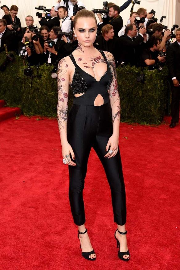 elblogdeanasuero_MET Gala 2015_Cara Delevingne Stella McCartney mono negro con tatuajes almendros en flor