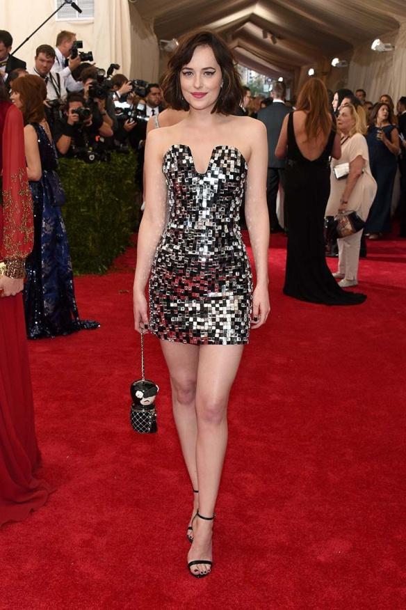 elblogdeanasuero_MET Gala 2015_Dakota Johnson Chanel minivestido glitter