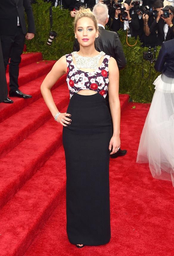 elblogdeanasuero_MET Gala 2015_Jennifer Lawrence Dior vetsido negro con flores