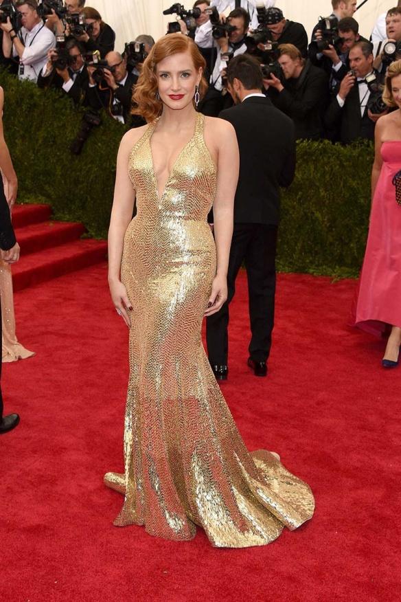 elblogdeanasuero_MET Gala 2015_Jessica Chastain Givenchy vestido halter sirena de paillettes dorados