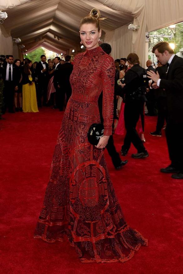 elblogdeanasuero_MET Gala 2015_Jessica Hart Valentino Vestido motivos chinos burgundy