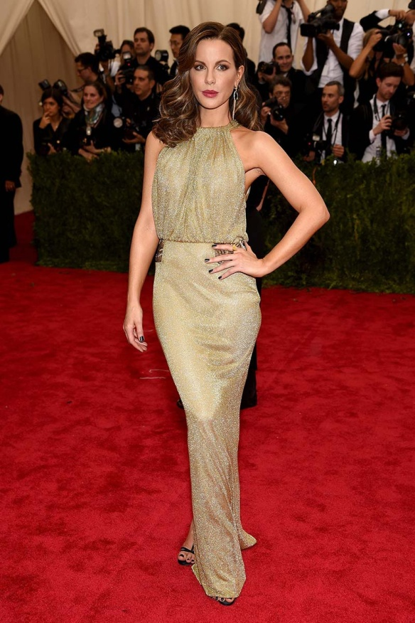 elblogdeanasuero_MET Gala 2015_Kate Beckinsale Diane Von Furstenberg vestido halter dorado