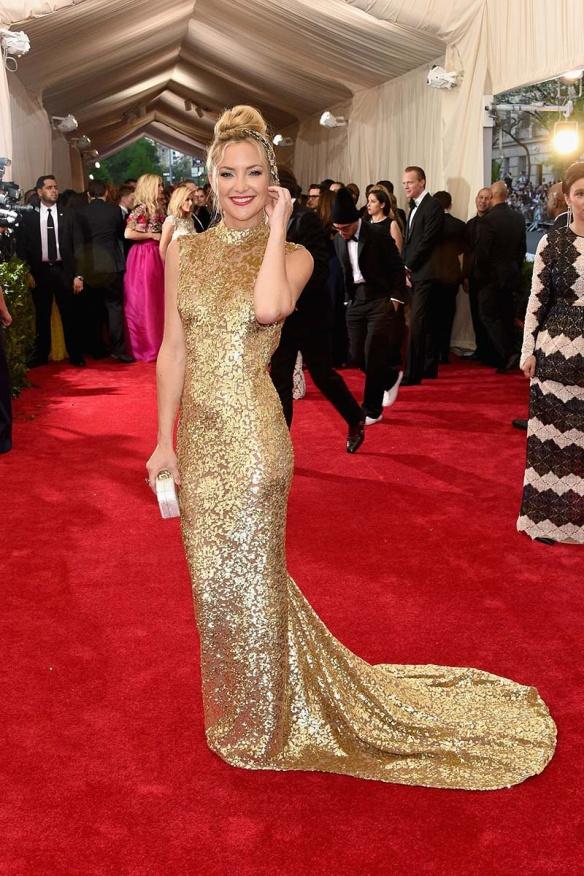 elblogdeanasuero_MET Gala 2015_Kate Hudson Michael Kors Vestido dorado cuello mao