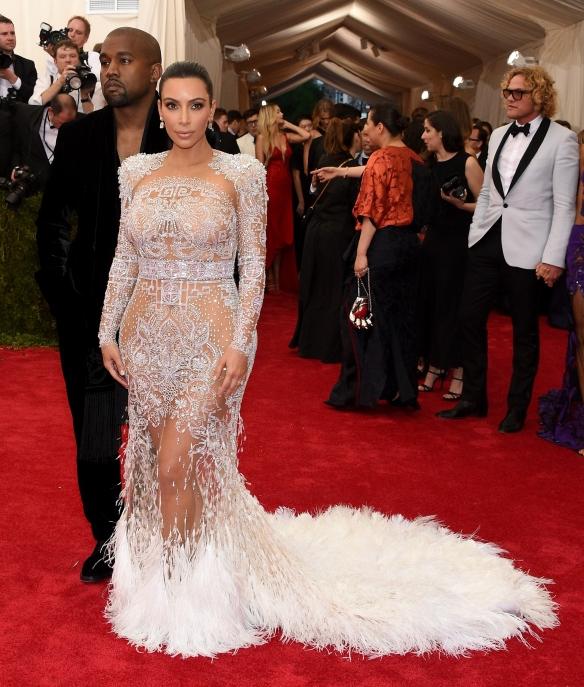 elblogdeanasuero_MET Gala 2015_Kim Kardashian Roberto Cavalli vestido blanco transparente con plumas