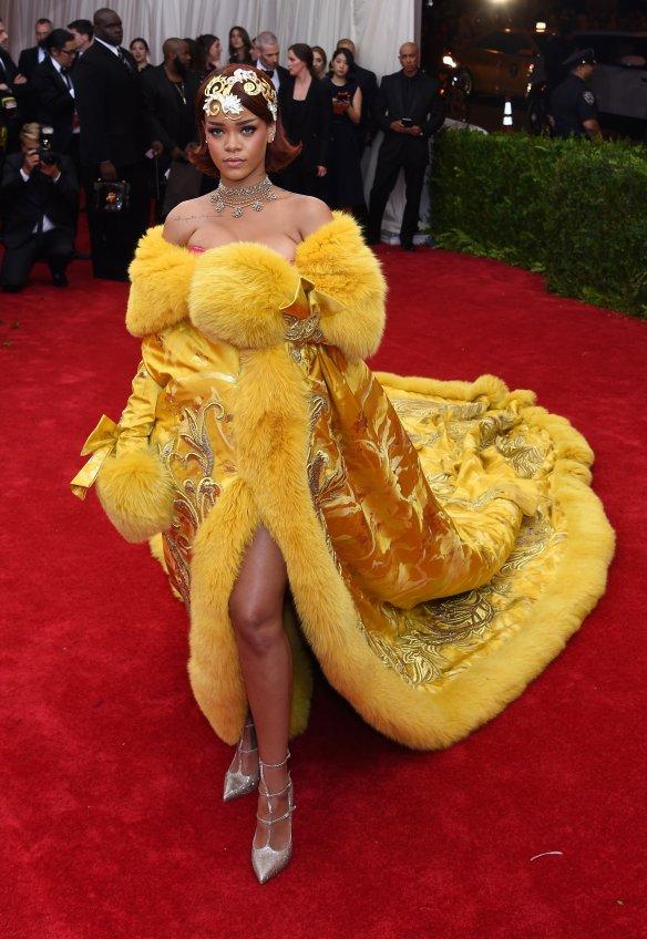 elblogdeanasuero_MET Gala 2015_Rihanna Guo Pei vestido amarillo con bordado y piel