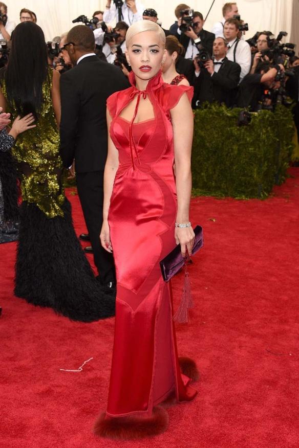 elblogdeanasuero_MET Gala 2015_Rita Ora Tom Ford vestido rojo