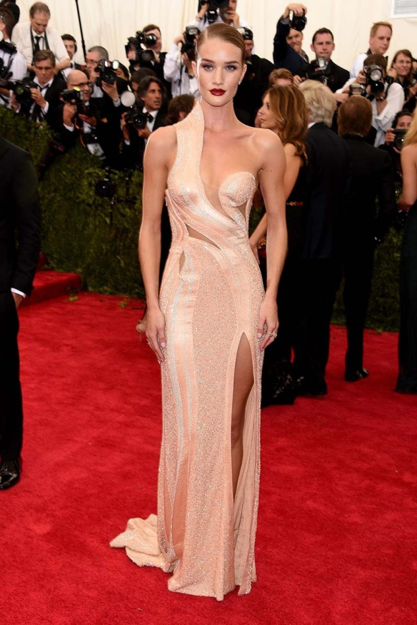 elblogdeanasuero_MET Gala 2015_Rosie Huntington-Whiteley Versace cut out pailletttes