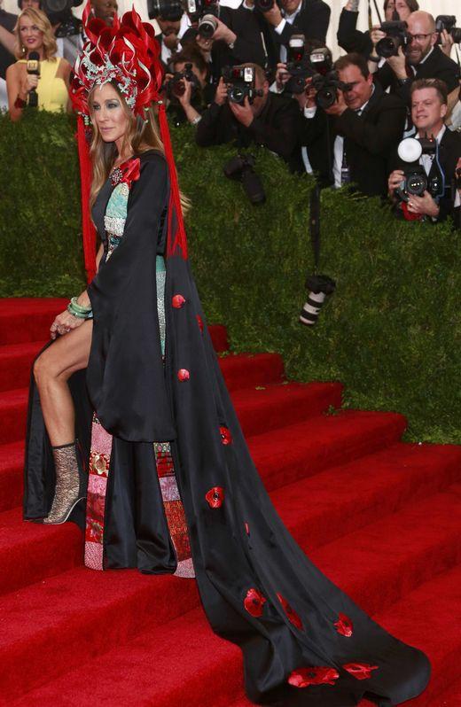 elblogdeanasuero_MET Gala 2015_Sarah Jessica Parker H&M vestido negro y tocado Philip Treacy foto2
