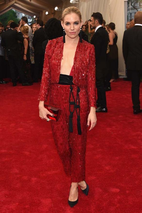elblogdeanasuero_MET Gala 2015_Sienna Miller Thakoon  pantalón y top paillettes rojo y colgantes tassel
