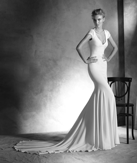elblogdeanasuero-Avance vestidos novia 2016-Pronovias Atelier corte sirena con escote en la espalda y escote pico IRUNE