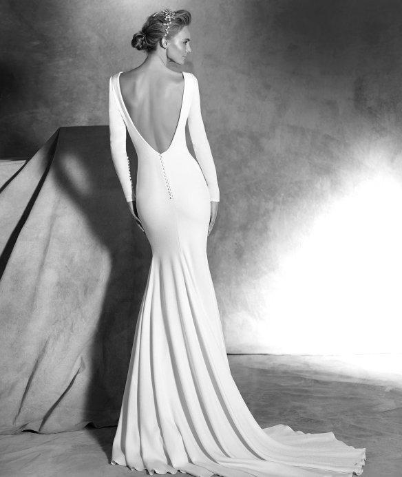 elblogdeanasuero-Avance vestidos novia 2016-Pronovias Atelier corte sirena con escote en la espalda y manga larga IVANIA 2