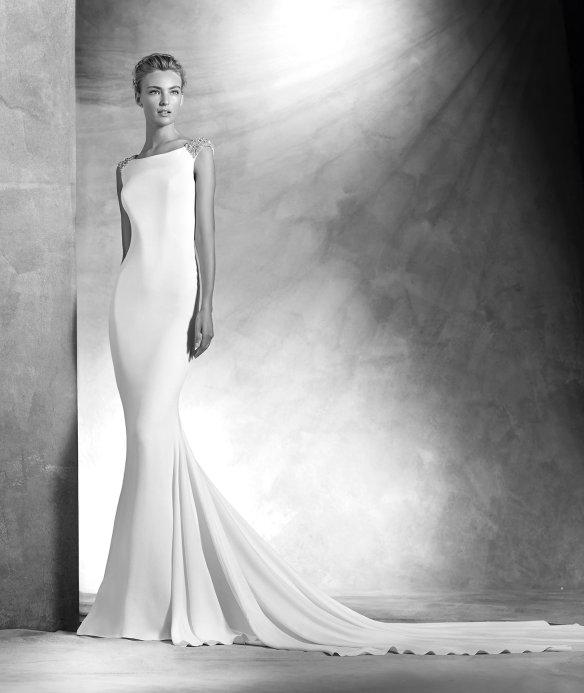 elblogdeanasuero-Avance vestidos novia 2016-Pronovias Atelier corte sirena con escote en la espalda y pedrería VANILA 1