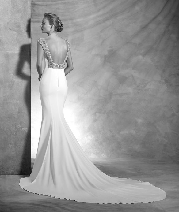 elblogdeanasuero-Avance vestidos novia 2016-Pronovias Atelier corte sirena con escote en la espalda y pedrería VANILA