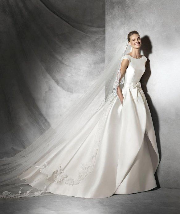 elblogdeanasuero-Avance vestidos novia 2016-Pronovias corte sirena con escote en la espalda y sobrefalda TABINA