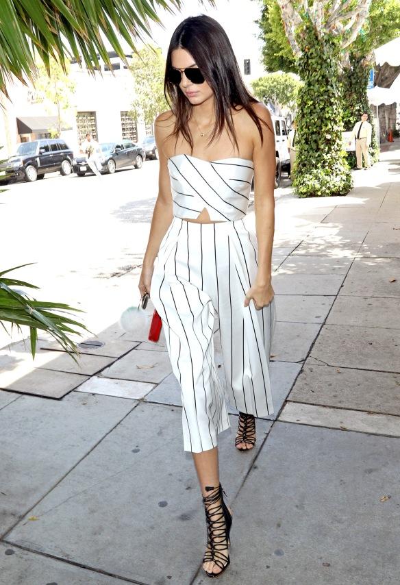 elblogdeanasuero-Pantalón culotte-Kendall Jenner pantalón culotte rayas con crop top