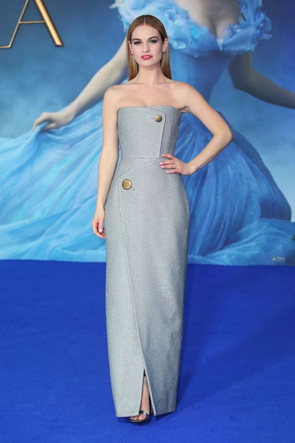 el blog de ana suero-el estilo de lily james-Balenciaga vestido con volúmenes gris azulado