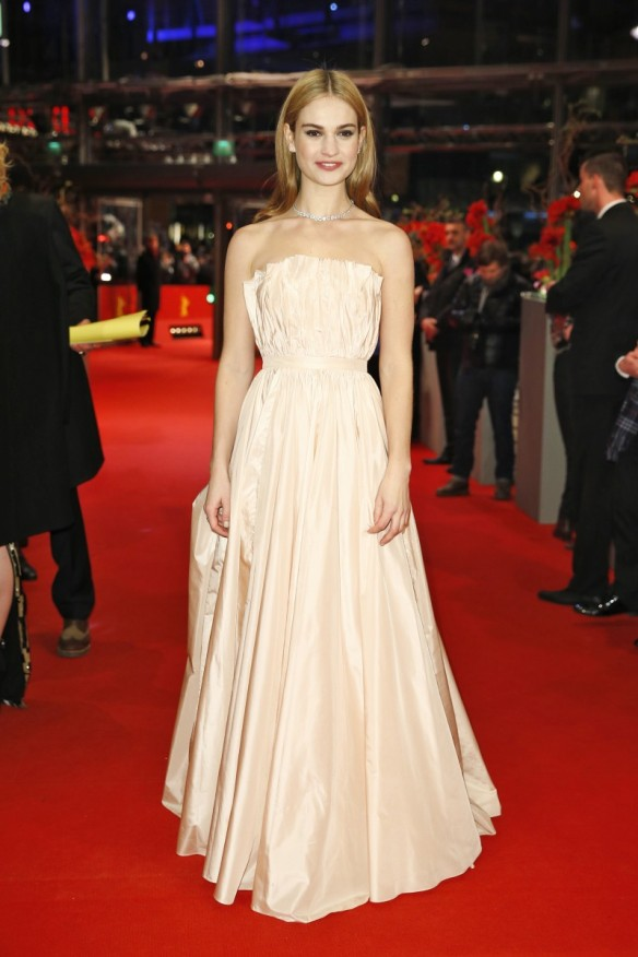 el blog de ana suero-el estilo de lily james-Dior vestido largo palabra de honor de color nude