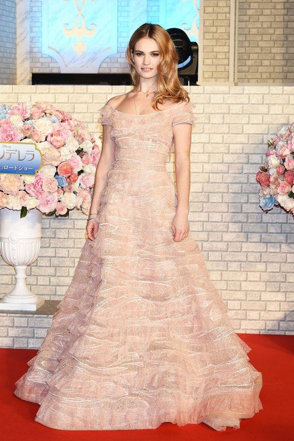 el blog de ana suero-el estilo de lily james-Elie Saab vestido con volumen y volantes rosaempolvado