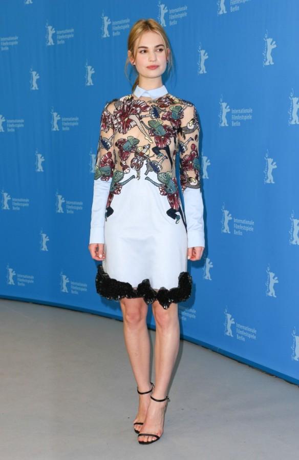 el blog de ana suero-el estilo de lily james-Erdem vestido estampado Mary Katrantzou